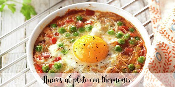 Jajka na talerzu z termomiksem